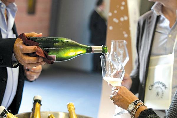Champagne Experience, 120 maison espongono a Modena
